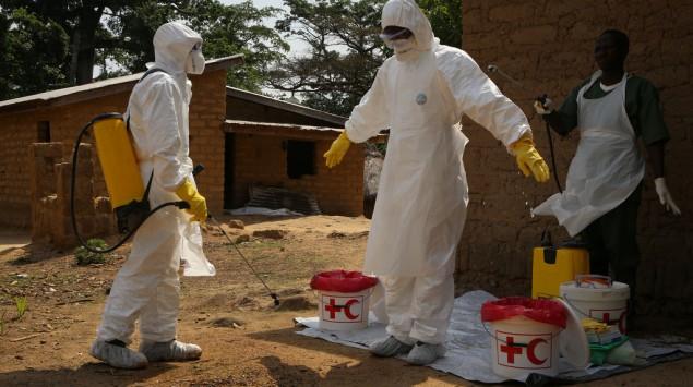 hombres con desinfección por el ébola