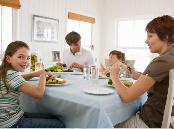 familia almorazando en mesa