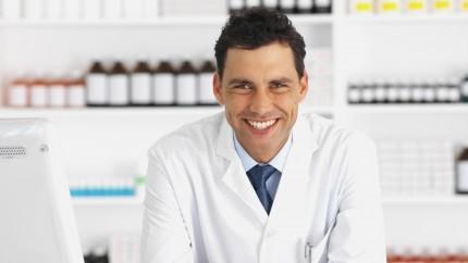 Un farmacéutico en su farmacia.