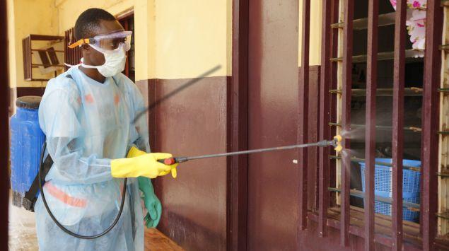 hombre fumigando ventanas para evitar ébola