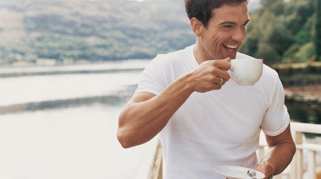 Un hombre tomando café.