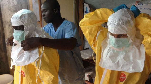 hombres protegiéndose del ébola
