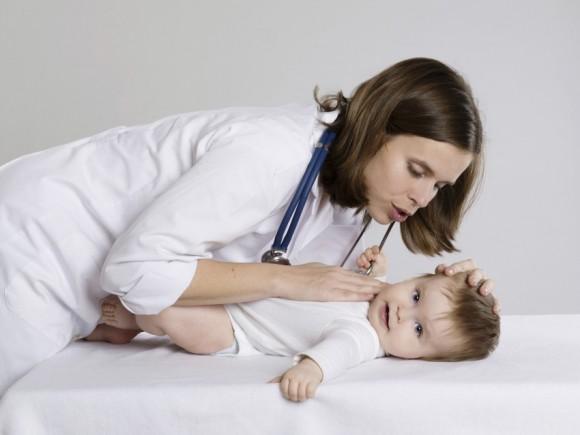 Dolor de cabeza infantil al sacudir la cabeza