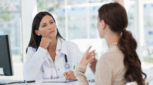 Una mujer en una consulta médica.