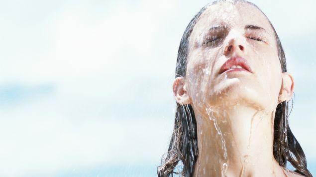 Una mujer morena en la ducha.