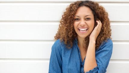 Una mujer sonriendo.