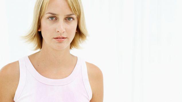 mujer rubia joven seria