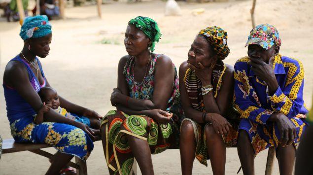 mujeres africanas sentadas en banco