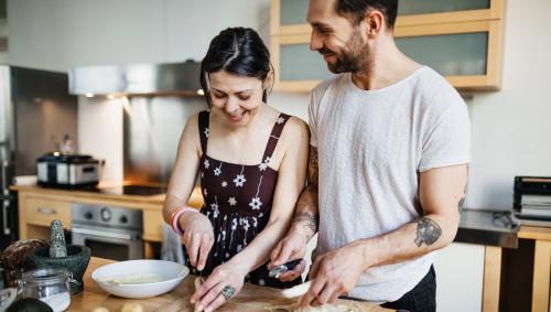 Ein Paar kocht