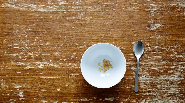 Leere Müslischüssel auf Holztisch