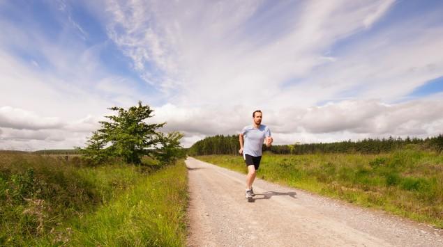 Das Bild zeigt einen Mann beim Joggen.
