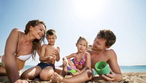 Das Bild zeigt eine Familie am Strand.