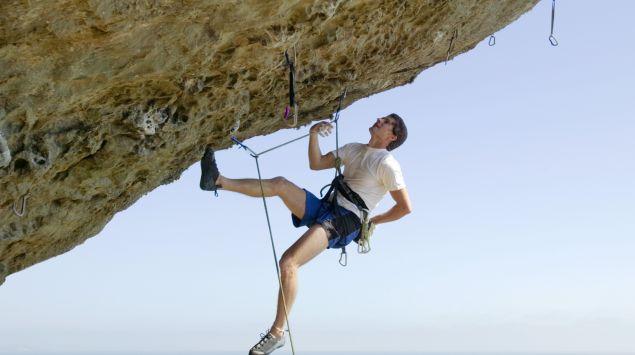 Das Bild zeigt einen Kletterer am Felsen.