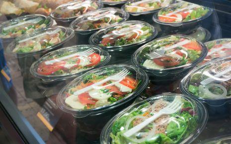 Ein abgepackter, vorgeschnittener Salat ist praktisch – gerade richtig für die Mittagspause. . Eine neue Studie zeigt, dass schon ein paar beschädigte Salatblätter ausreichen können, um sich statt einer Tüte voll Salat eine Tüte voll Salmonellen auf den Teller zu kippen.