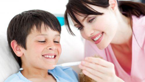 Eine Mutter hat bei ihrem Sohn Fieber gemessen.