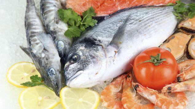 Das Bild zeigt mehrere Fischsorten und Meeresfrüchte.