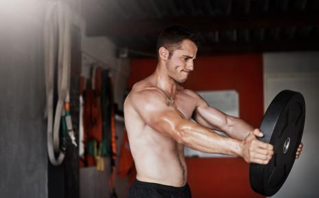 Ein Mann macht eine Fitnessübung zur Kräftigung der Schultern und Brust (Busfahrer).