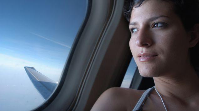 Junge Frau im Flugzeug