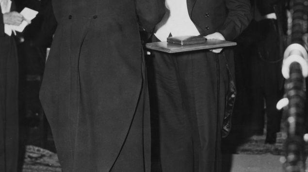 Man sieht eine Aufnahme von Werner Forßmann bei der Verleihung des Nobel-Preises.