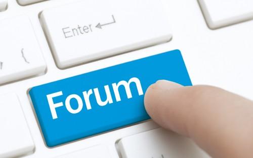 Man sieht eine Computer-Tastatur und eine blaue Taste mit der Aufschrift Forum.