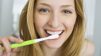 femme se brosse les dents