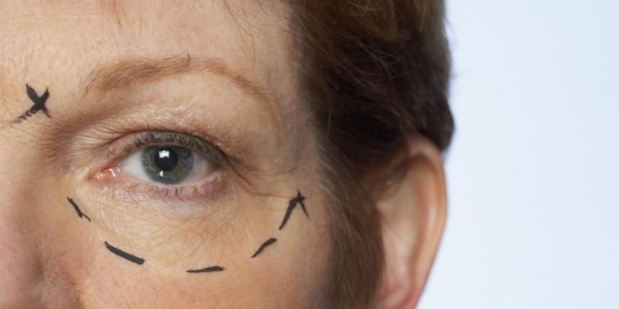 Le maquillage pour les jeunes filles avec les taches de rousseur et les cheveux bruns