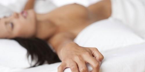 Femmes effectuant le sexe oral sur les hommes