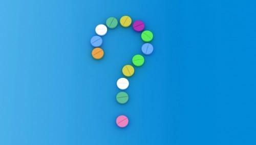 Ein Fragezeichen aus Tabletten zusammengesetzt.