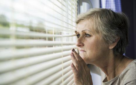 Manche Menschen mit Agoraphobie verlassen ihre Wohnung nur selten oder auch gar nicht.