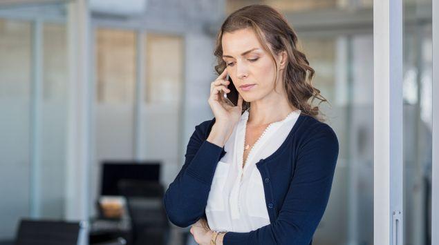 Eine Frau telefoniert.
