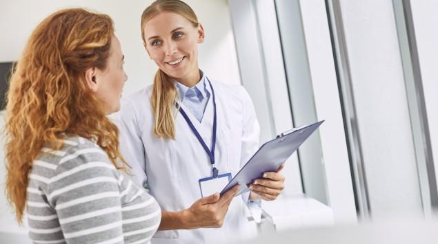 Eine Frau spricht mit ihrer Ärztin.