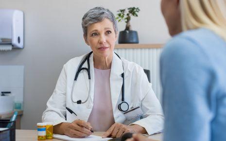 Eileiterschwangerschaft, Bauchhöhlenschwangerschaft: Man sieht eine Frau im Gespräch mit einer Ärztin.