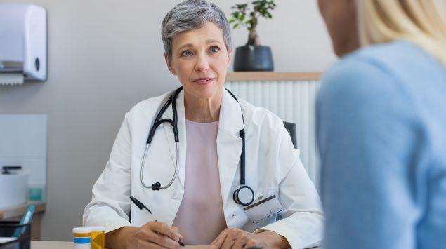 Man sieht eine Frau im Gespräch mit einer Ärztin.