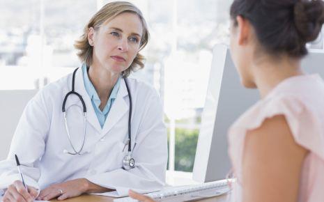 Mit dem Wells-Score bewertet die Ärztin das Risiko für eine Lungenembolie.
