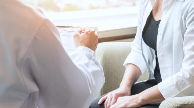 Petechien: Eine Frau bespricht ihre Beschwerden mit ihrem Arzt.