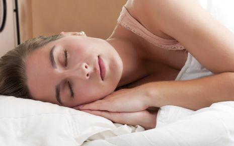 Eine Frau schläft im Bett.