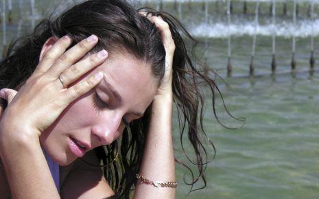 Eine von der Hitze erschöpfte junge Frau