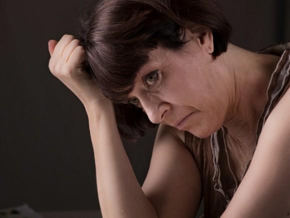 Eine ältere, verzweifelt aussehende Frau.