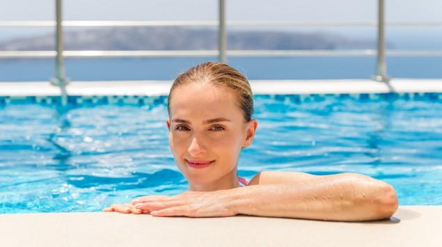 Eine junge Frau im Pool.