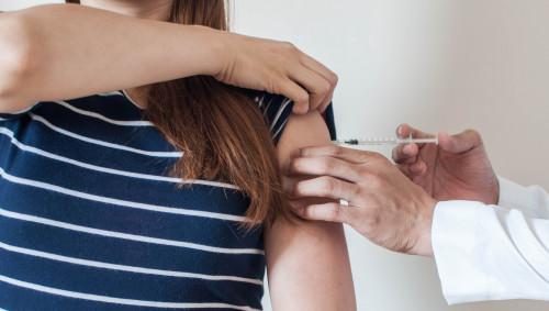Eine Frau erhält eine Impfung.