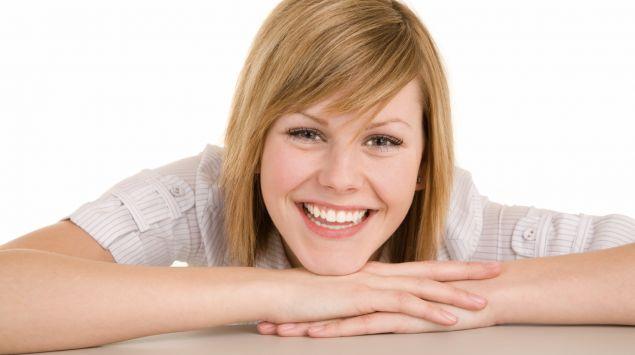 Eine junge Frau lächelt.