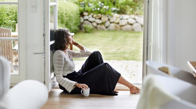 Eine niedergeschlagen aussehende junge Frau: Eine Dysthymie ist eine schwach ausgeprägte, aber lang anhaltende depressive Verstimmung.