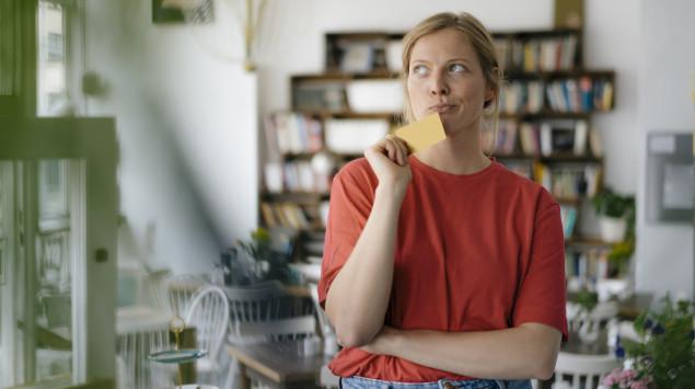 Eine Frau denkt nach: Zwischen Psychiater, Psychotherapeut und Psychologen gibt es einige wichtige Unterschiede, die man kennen sollte.