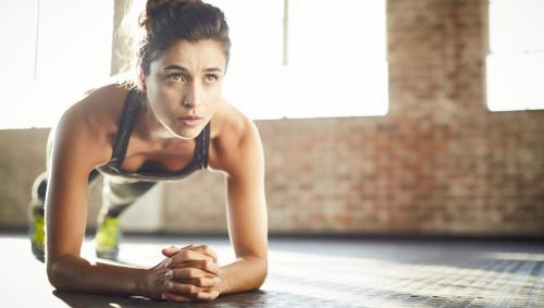 Eine Frau macht eine Fitnessübung (Plank).