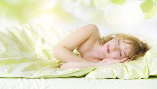 Eine Frau schläft.