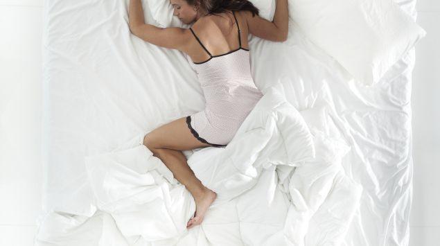 Eine schlafende Frau von oben.
