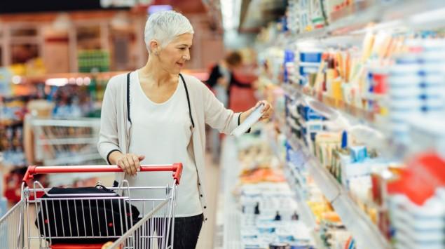 Eine ältere Frau im Supermarkt.