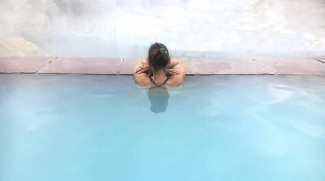 Eine Frau im Thermalbad