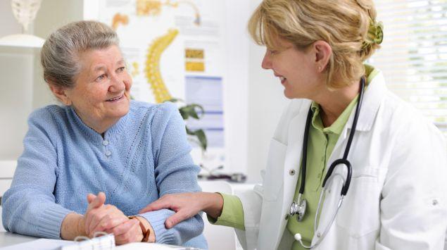 Man sieht eine ältere Frau im Gespräch mit einer Ärztin.
