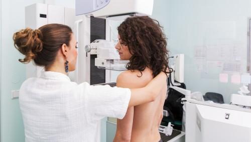 Bei einer jungen Frau wird eine Mammographie durchgeführt.